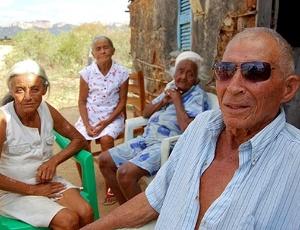 Luiz Costa Oliveira, 90, ao lado das três Franciscas - mulher, cunhada e sogra - com quem teve 33 filhos